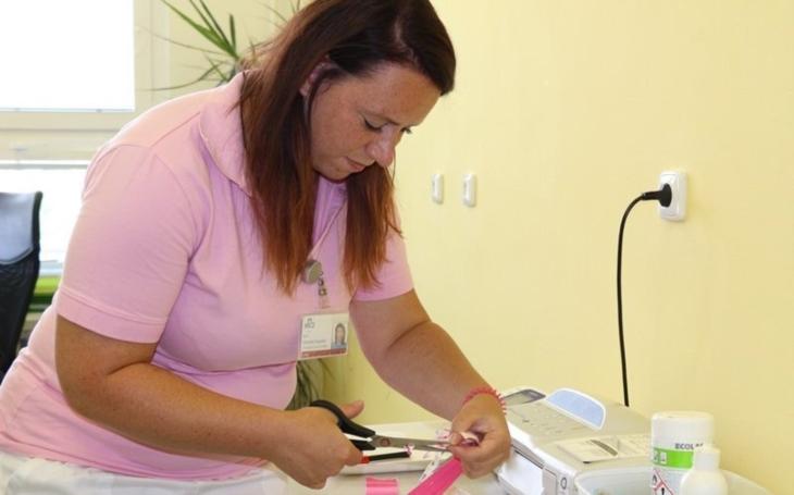 Vjihlavské nemocnici nově tejpují těhotné, ženy po porodu i smenstruačními bolestmi