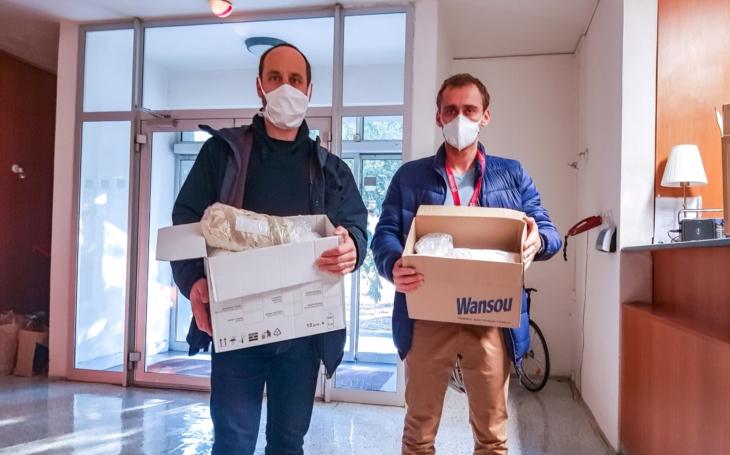 Zlínští divadelníci ušili pro nemocnici 500 látkových roušek, zdravotníci nabízí zájemcům materiál