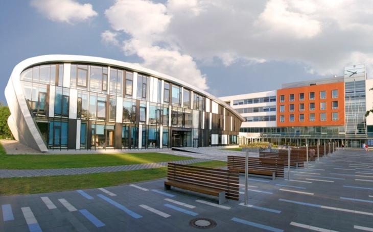 Fakultní nemocnice Hradec Králové shání další dodavatele ochranných štítů