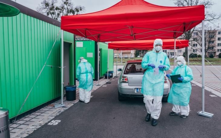 KNTB Zlín: Odběrový stan je v permanenci, dvě stě lidí denně zvládá díky posílení odběrového týmu