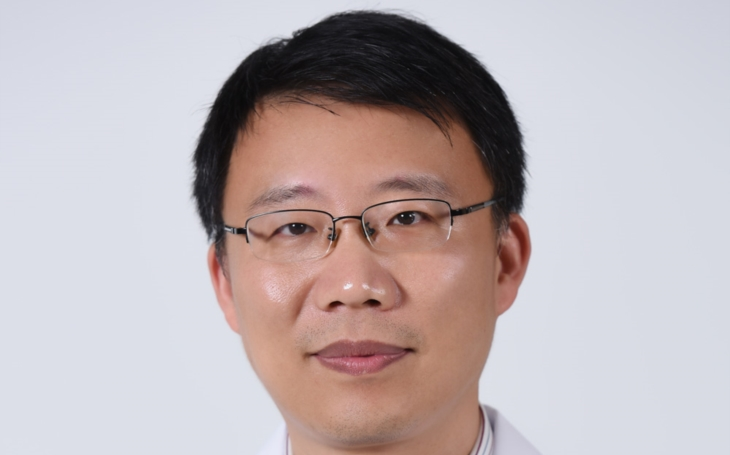 Dr. Zhang Wei: TCM pomáhá k vyššímu účinku integrativní péče. Byliny, granule i masáže podporují západní léčbu