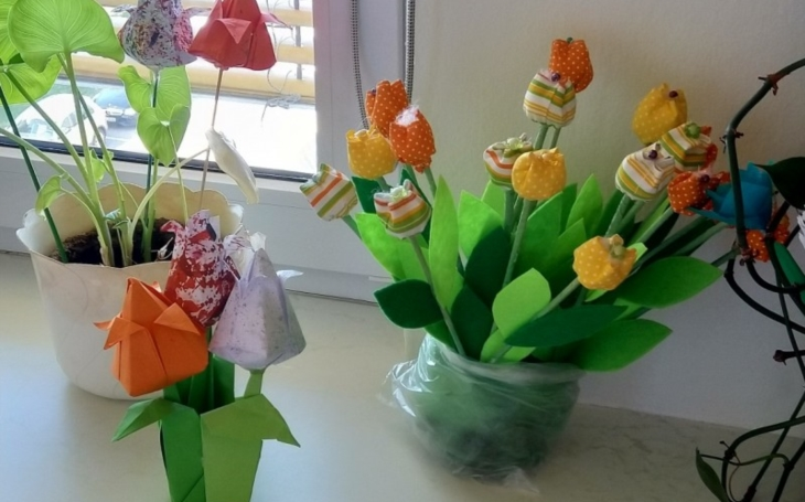 FN Hradec Králové: Kliniku onkologie a radioterapie rozzářily tulipány od dětí ze škol