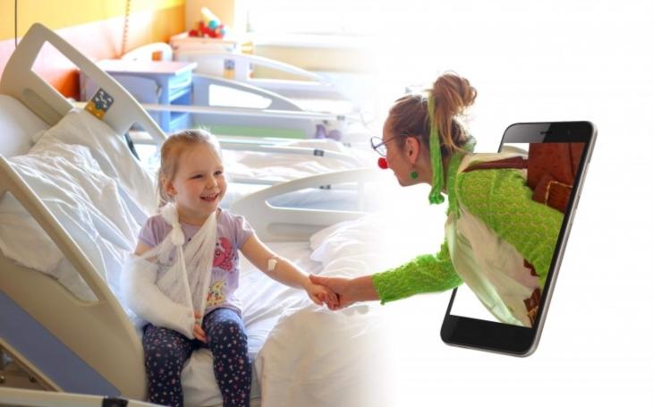 Zdravotní klauni rozdávají radost i v karanténě – klaunují přes internet