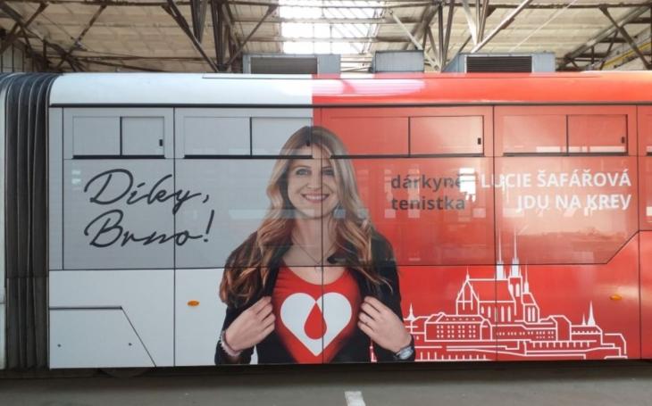 Nová tramvaj s Lucií Šafářovou a Adamem Ondrou vybízí Brňany k darování krve