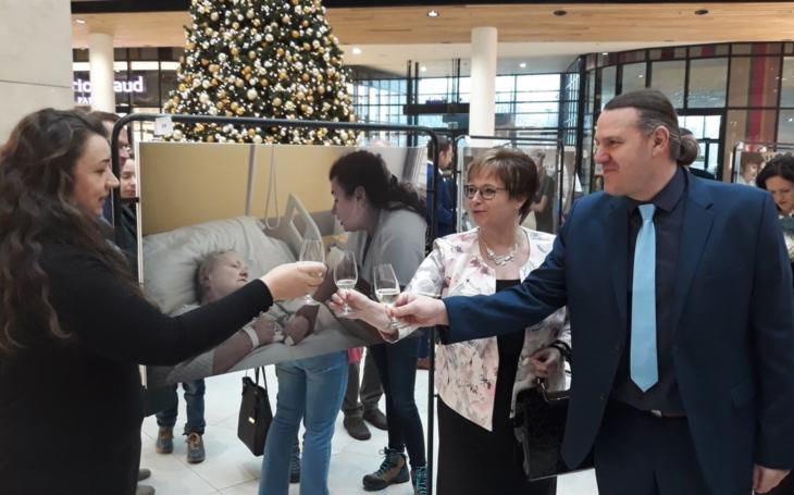 Vsetínská nemocnice: K MEZINÁRODNÍMU DNI SESTER GRATULUJE A PODĚKOVÁNÍ POSÍLÁ ŘEDITELKA