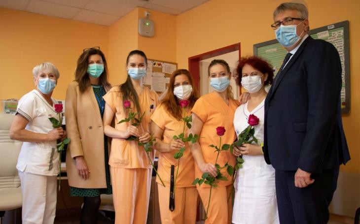 FN Ostrava: Sestry dostaly růži jako symbol poděkování