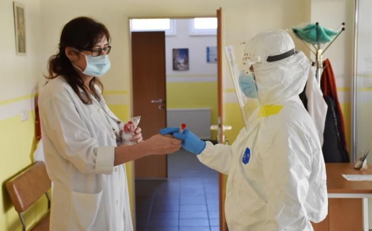 Tisíc testů na koronavirus: pět set odebraly sestry Vsetínské nemocnice přímo v domácnostech