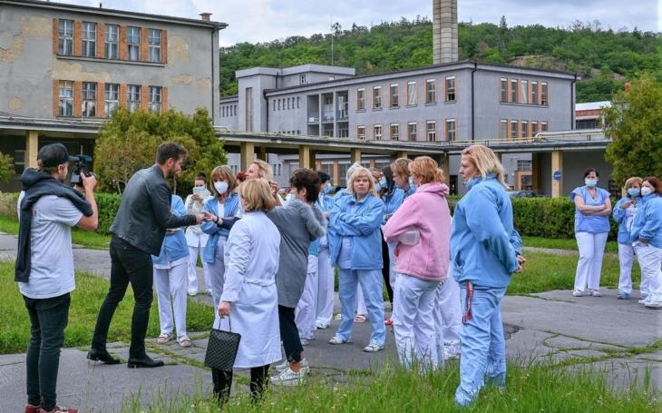 """Thomayerova nemocnice: DĚKUJEME! Zpěvák Marek Ztracený daroval zdravotníkům z TN téměř 600 vstupenek na jeho koncert """"Restart"""" v O2 aréně"""