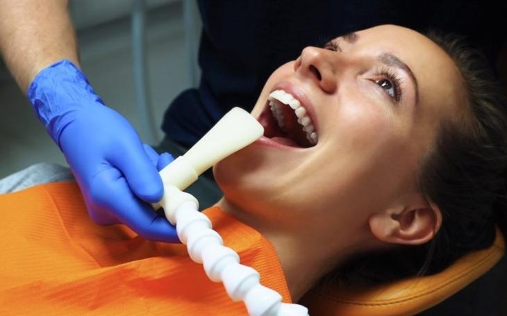 Češi vyvinuli speciální odsávací systém pro zubaře, který chrání před covid-19
