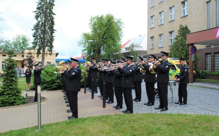 Nemocnice Kladno: Hudba Hradní stráže a Policie České republiky poděkovala zdravotníkům a složkám IZS malým koncertem