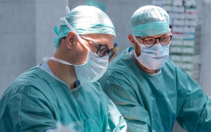 Jedno ze tří školících center pro operace kýly je v Kroměříži, tamní chirurgové pořádají workshopy