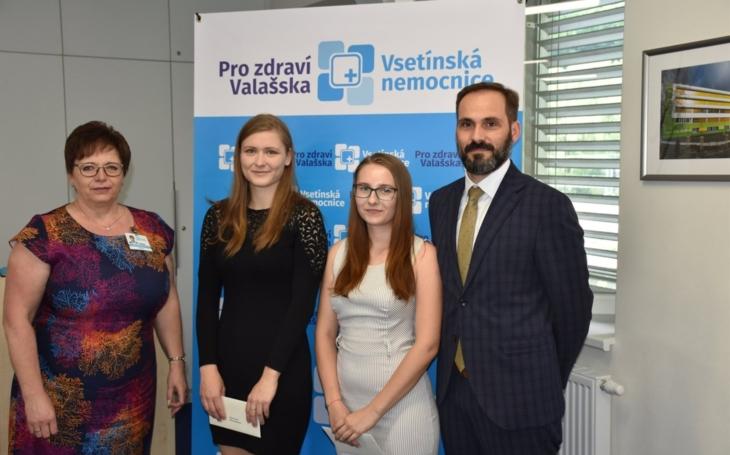 Vsetínská nemocnice: Cenu ředitelky získaly úspěšné maturantky Iveta Horká a Eliška Matoušková
