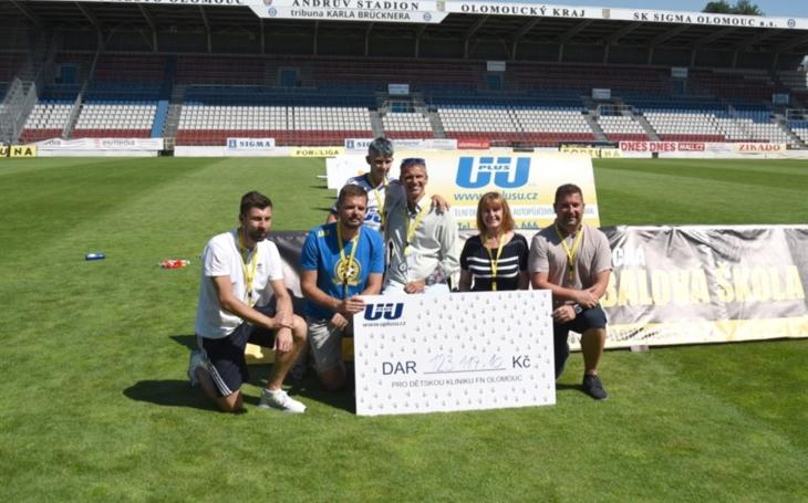 Společnost U plus U věnovala dětské klinice na závěr Olomoucké fotbalové školy více než 1,2 milionu korun