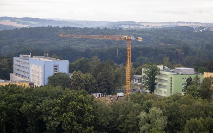 FN Ostrava: V areálu ukotvili téměř 40 metrů vysoký jeřáb. Stavba Psychiatrického pavilonu pokračuje