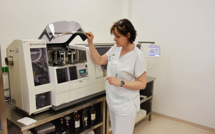 Vsetínská nemocnice: Nová automatická linka urychlí diagnostiku histologických vzorků