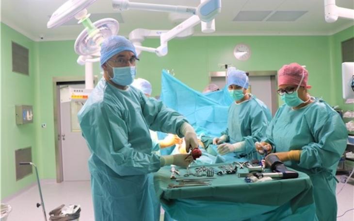 Krajská zdravotní Ústí nad Labem: V novém pavilonu operačních sálů teplické nemocnice první zákrok provedli ortopedi