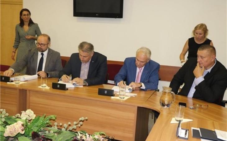Ústí nad Labem: Představitelé Krajské zdravotní podepsali smlouvu o koupi litoměřické nemocnice