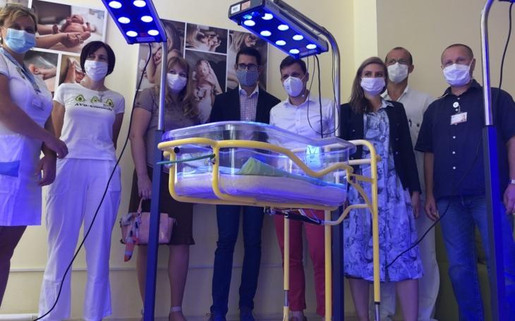 Nemocnice Jihlava: Kapka Naděje ve spolupráci s firmou Cara Plasma s.r.o. darovala tři fototerapeutické lampy pro novorozence