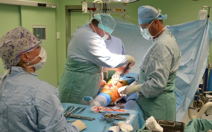 FN U svaté Anny Brno: Ortopedové odoperovali jubilejní kolenní kloub