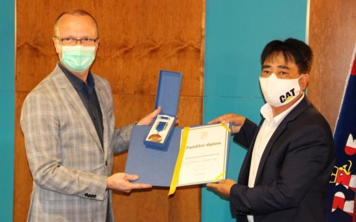 Pardubický kraj: Medaile pro Svaz Vietnamců za pomoc při pandemii