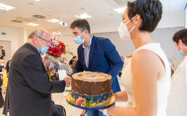 Profesoru Ehrmannovi blahopřáli k životnímu jubileu na výjimečném Přednáškovém večeru Spolku lékařů v Olomouci