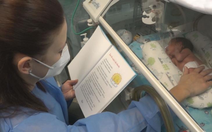 FN Ostrava: Rodiče čtou svým předčasně narozeným dětem v inkubátorech