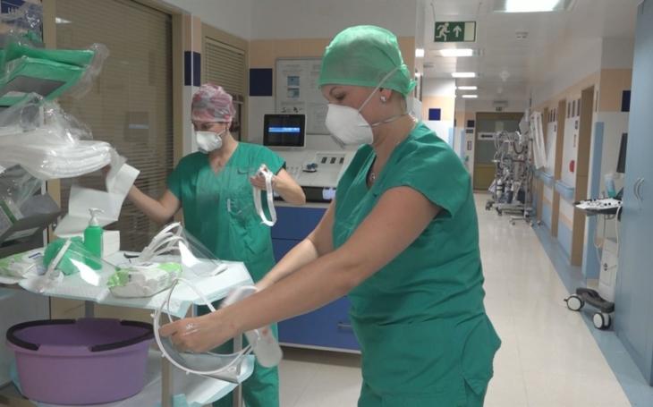 FN Ostrava: O nejtěžší pacienty pomáhají pečovat i instrumentářky z Centrálních operačních sálů