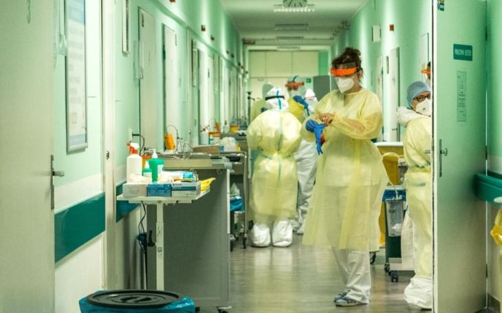 Zlínská nemocnice se blíží stropu personálních i lůžkových kapacit, covid pozitivních pacientů stále přibývá