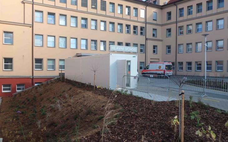 Nemocnice Hořovice: Vstup do nemocnice hlídá robot Pepper