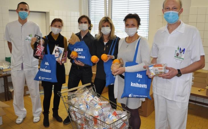 Vsetínská nemocnice: Knihovníci pomohli, nabalili vitaminy pro zdravotníky