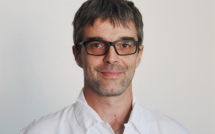 """Vsetínská nemocnice: """"Při léčbě pacientů s koronavirem nám pomáhá moderní vybavení,"""" říká primář ARO Marek Proksa"""