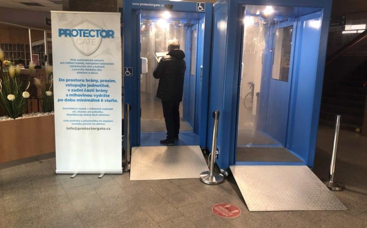 Nemocnice Jihlava: Mobilní buňka u vchodu změří teplotu a vydezinfikuje