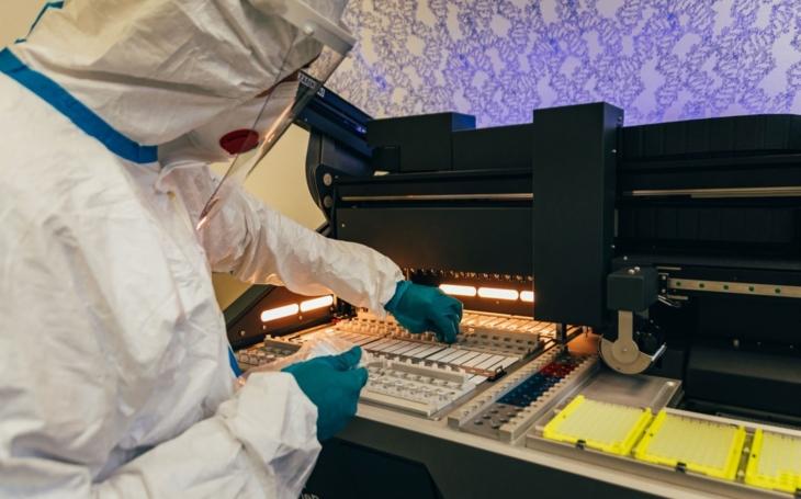 Zlínská nemocnice: Nový analyzátor pomůže zvýšit kapacitu covid testů v laboratořích