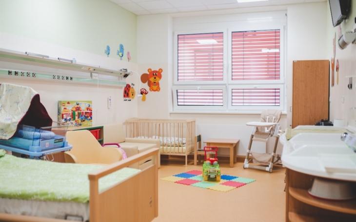 Nemocnice České Budějovice: Nové pokoje na Neonatologickém oddělení pomohou maminkám, které mají doma další malé dítě