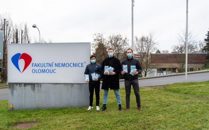FN Olomouc: Zahraniční studenti zubního lékařství zařizuji pro veřejnost roušky zdarma