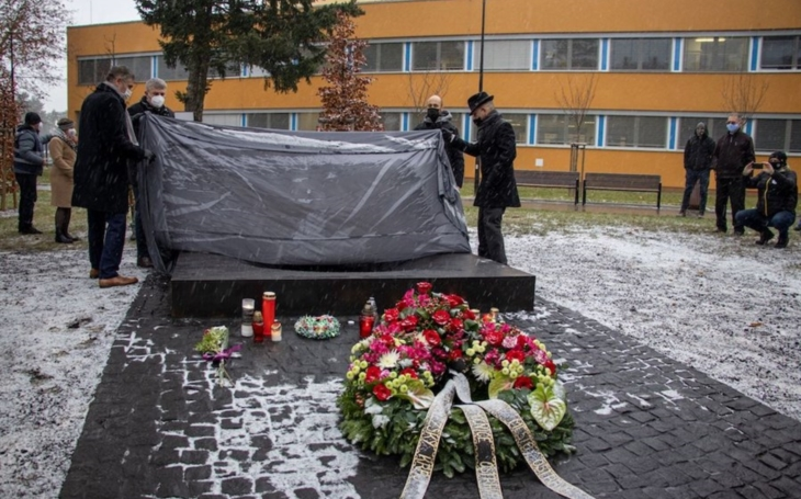 Fakultní nemocnice Ostrava: Památník před budovou Polikliniky připomíná oběti střelby z prosince roku 2019