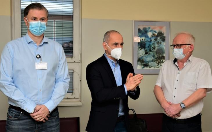 Na jihu Čech začalo očkování proti covidu-19. První vakcínu dostal emeritní primář infekčního oddělení českobudějovické nemocnice