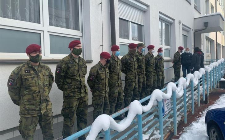 Nemocnice Havlíčkův Brod: Vojáci z výsadkového pluku pomáhají s covid pacienty