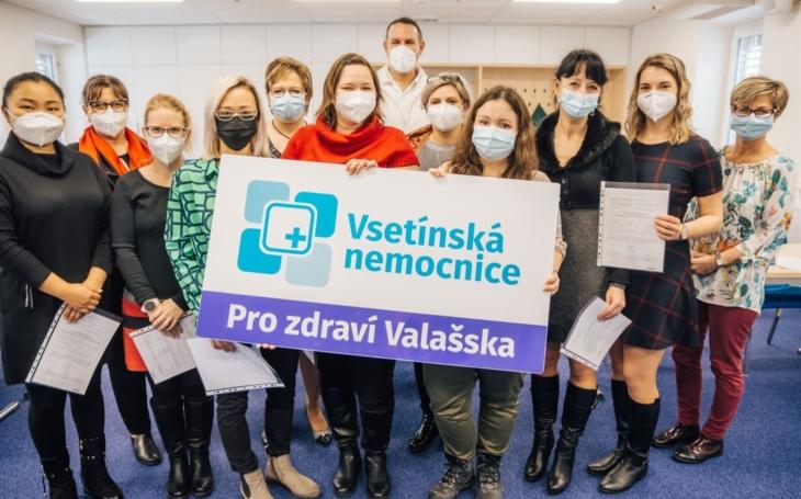Vsetínské nemocnici stále chybí zdravotníci, proto začala vzdělávat nové sanitáře v online kurzu