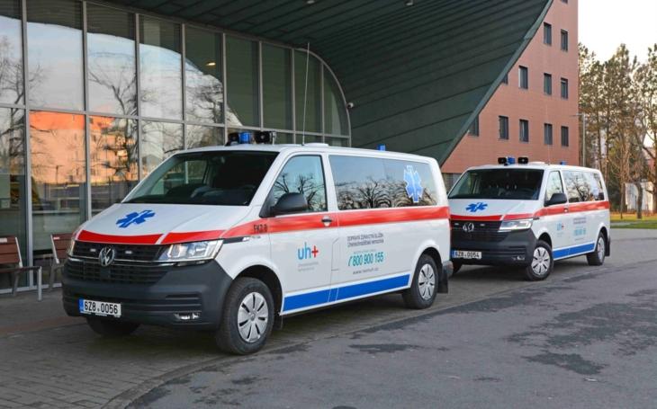 Uherskohradišťská nemocnice: V nových sanitkách mohou pacienti sledovat filmy, poslouchat hudbu nebo se připojit k internetu