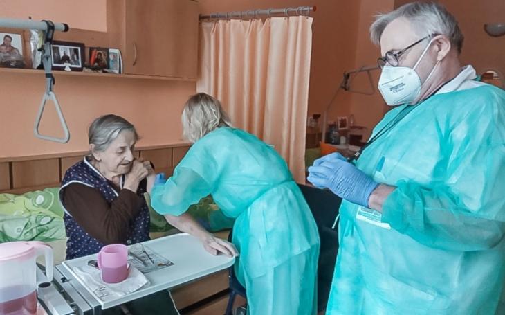 Vsetínská nemocnice ztrojnásobila denní počty očkovaných, do terénu vyjíždí i její mobilní tým