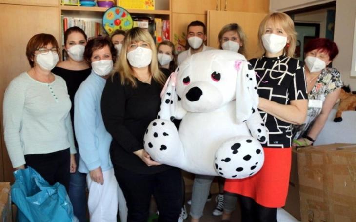 Ústecký kraj: Zaměstnanci Krajské zdravotní děkují za krásná srdíčka a další dary, které zdobí atrium ústecké nemocnice