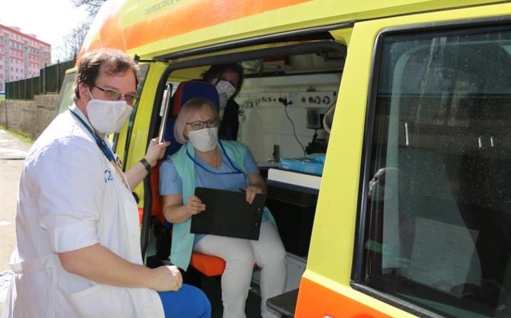 Z ústecké nemocnice Krajské zdravotní vyjel mobilní tým do domácností očkovat seniory proti nemoci COVID-19