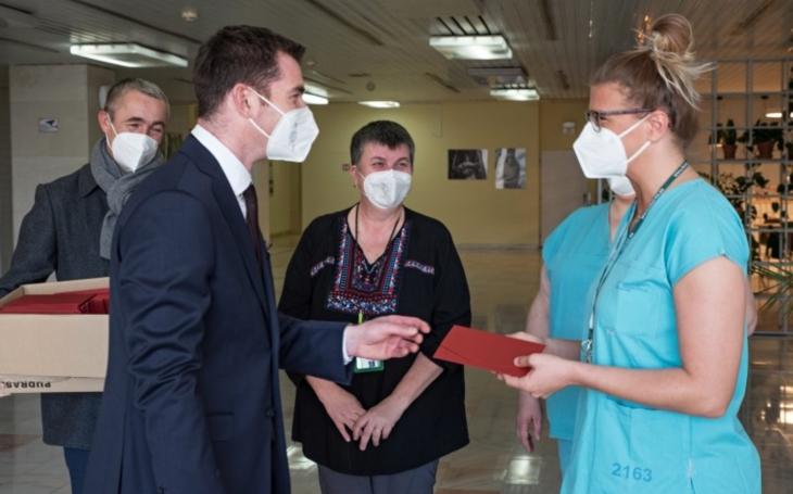 FN Brno: Z dobročinné sbírky České asociace sester bylo oceněno na 500 zdravotníků