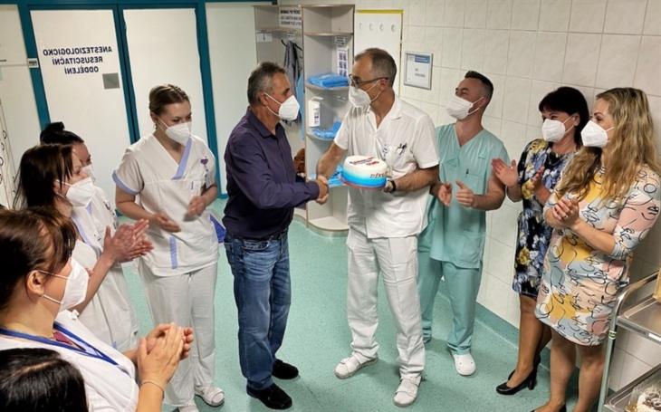 Nemocnice AGEL Třinec-Podlesí: Přístroje dýchaly za pacienta s covid-19 přes 40 dní. Dnes poděkoval svým zachráncům