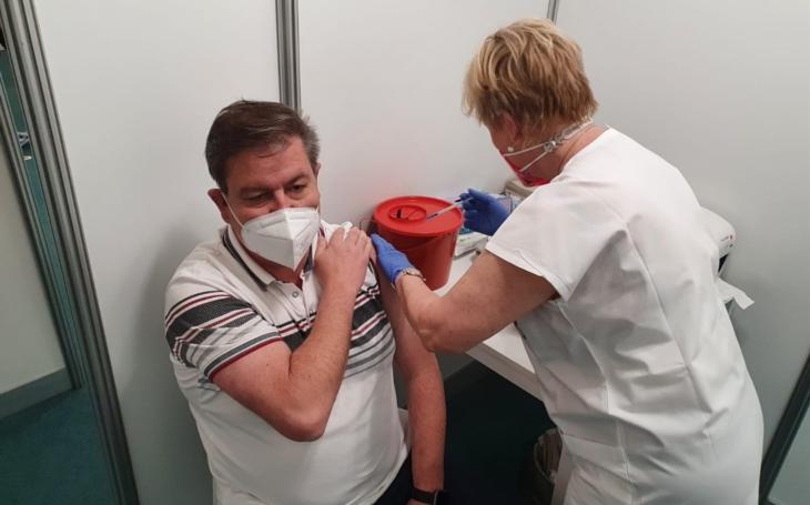 Ústecký kraj: Největší očkovací centrum navštíví tisíc lidí denně, druhou dávku má za sebou i hejtman