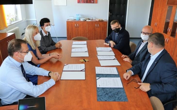 Krajská zdravotní podepsala s Ústeckým krajem a Komerční bankou smluvní dokumenty, které umožní zahájit dostavbu nemocnic v Děčíně a Chomutově