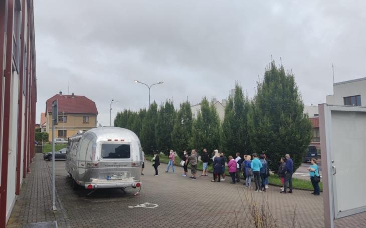 Pardubický kraj: Očkovací kamion dnes v Přelouči zahájil cestu ze západu na východ kraje
