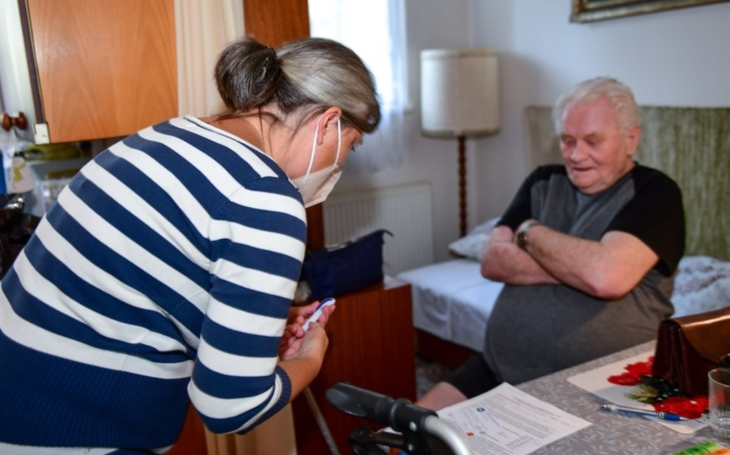 Praha zajistí ve spolupráci s praktickými lékaři očkování imobilních osob v jejich domácím prostředí