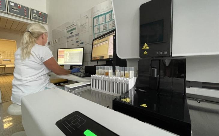 Nemocnice Jihlava: Laboranti využívají nový analyzátor pro vyhodnocení moči